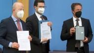 Verfassungsbeschwerde: Die FDP-Politiker Michael Theurer, Marco Buschmann und Stephan Thomae vor der Bundespressekonferenz am 27. April