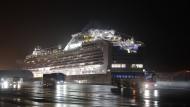 Busse bringen am Sonntag amerikanischen Staatsbürger von Bord der Diamond Princess, die im Hafen von Yokohama unter Quarantäne liegt.