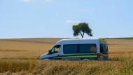 """Ein polizeiähnliches Fahrzeug: Der Transporter mit der Aufschrift """"Friedensfahrzeug"""" verbreitet im Katastrophengebiet Falschnachrichten."""