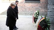 Gegen das Vergessen: Bundeskanzlerin Merkel und Polens Ministerpräsident Moriawecki bei einer Kranzniederlegung vor der Todesmauer im ehemaligen deutschen Konzentrationslager Auschwitz.