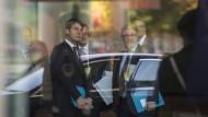 Jan Hecker (l.) und Lars-Hendrik Röller warten 2016 vor dem Kanzleramt auf einen Staatsgast.