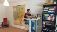 Bloß keine Langeweile im Homeoffice: Tom Suter auf seinem Schreibtisch-Fahrrad