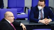 Auch ihre beiden Namen tauchen auf der Liste des Gesundheitsministeriums auf: Peter Altmaier (CDU, Wirtschaftsminister) und Jens Spahn (ebenfalls CDU)