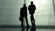 Echte Führungskräfte wissen, an der Spitze ist es einsam. Das gilt für ihr Gehalt und meist auch für ihren Zuspruch aus der Gesellschaft.