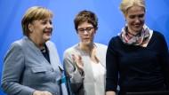 Kanzlerin Merkel, Kramp-Karrenbauer und Interims-SPD-Chefin Schwesig