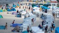 Urlauber und Tagesgäste nutzen vergangenen Dienstag das sonnige Wetter am Strand auf der Ostseeinsel Usedom.