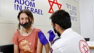 Ein Pieks in Tel Aviv: Mädchen in Israel wird geimpft.