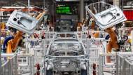 Die Digitalisierung schreitet immer weiter voran: Im Karosseriebau des Volkswagen-Werkes in Sachsen montieren Roboter die Türen des VW ID.3.