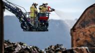 Löscharbeiten am Donnerstag nach dem Brand von drei Güterwaggons in Unkel