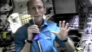 Wenig Platz auf dem Flugdeck: Gerhard Thiele bei einer Videoübertragung am 18. Februar 2000  im amerikanischen Space Shuttle Endeavour.