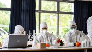 Mitarbeiter des Gesundheitsamts Münster bereiten sich am 20. Mai auf eine Testung sämtlicher Schüler und Lehrer der Hauptschule in Münster-Wolbeck vor. Der Behörde liegen Daten vor, die auf einen deutlichen Anstieg von Corona-Infektionen in der Hauptschule hindeuten.