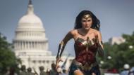 Superman ist nichts dagegen: Gal Gadot kämpft als Wonder Woman für eine bessere Welt – und schlägt dieses Mal ihre Gegner 1984 in die Flucht.