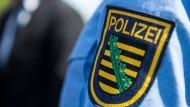 Das Logo der Polizei Sachsen auf einer Uniform