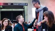 Umschwärmt: Kevin Kühnert am Samstag nach seiner Rede auf dem SPD-Parteitag in Berlin