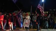 Unterstützer von Donald Trump sammeln sich vor der Klinik, wo der Präsident behandelt wird.