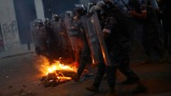 Die Polizei geht am Montag in Beirut gegen Demonstranten vor, die gegen die Regierung protestieren.