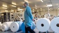 """""""Mehr in Frankreich produzieren"""": Emmanuel Macron besucht eine Schutzmaskenfabrik in Saint-Barthelemy-d´Anjou in der Nähe von Angers."""