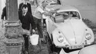 Zu den Glanzzeiten des Verbrenners galt die Autowäsche am Samstag als Ritual. Das Wasser wurde mit Muskelkraft gepumpt.