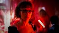 Ach, ganz allein hier? Doro Decker (Alina Levshin) schleust sich verkleidet auf eine geheime Party ein.