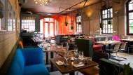 Im Restaurant von Patrick Rüther und Tim Mälzer, der Bullerei in Hamburg, trennen jetzt Plexiglasscheiben die Tische.