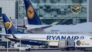 Eine Ryanair-Maschine steht auf dem Flughafen in Frankfurt vor einem Lufthansa-Flugzeug.
