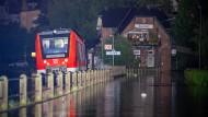 Ein Zug steht in der Nacht am Bahnhof in Kordel. Ein Teil des Ortes wurde von den Wassermassen der Kyll überflutet.