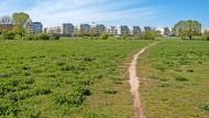 So sieht ein Wanderweg in Berlin-Marzahn aus: Der Wuhletalweg führt, nahe an der Grenze zu Brandenburg,  durch die Gärten der Welt.