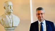 Lothar Wieler, Präsident des Robert-Koch-Instituts, neben einer Büste von Robert Koch