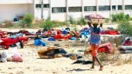 Ein Migrant in einem Lager in der libyschen Hauptstadt Tripoli, das Anfang Juli durch einen Raketeneinschlag zerstört wurde