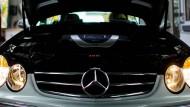Eine Mercedes C-Klasse beim TÜV