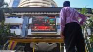 Ein Mann beobachtet die Aktienkurse auf einem Display vor der Börse in Bombay (Mumbai).