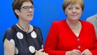 Unter immer stärkerem Druck: CDU-Vorsitzende Annegret Kramp-Karrenbauer, Kanzlerin Angela Merkel am Montag