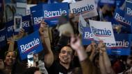 Anhänger von Bernie Sanders feiern die ersten Prognosen, nach denen der linke Senator aus Vermont die Vorwahlen der demokratischen Präsidentschaftsbewerber in Nevada gewonnen hat.