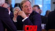 Wir sich der CDU-Landesvorstand von NRW geschlossen hinter ihren Ministerpräsident Armin Laschet stellen?