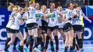 Erleichterung pur: Die DHB-Frauen bejubeln ihren wichtigen Sieg über Tschechien.