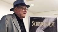 """Branko Lustig vor einem Poster seines Films """"Schindlers Liste"""" in der Holocaust-Gedenkstätte Yad Vashem in Jerusalem"""