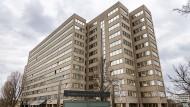 Frankfurter Asylunterkunft: In dem elfstöckigen Gebäude, in dem fünf Etagen bewohnt sind, gibt es für die mehr als 450 Menschen der Unterkunft zwei wenige Quadratmeter große Aufzüge.