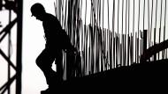 Die Silhouette eines Arbeiters auf einer Baustelle in Frankfurt am Main