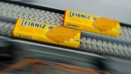 Leibniz Butterkekse laufen über ein Fließband im Werk der Firma Bahlsen in Barsinghausen.