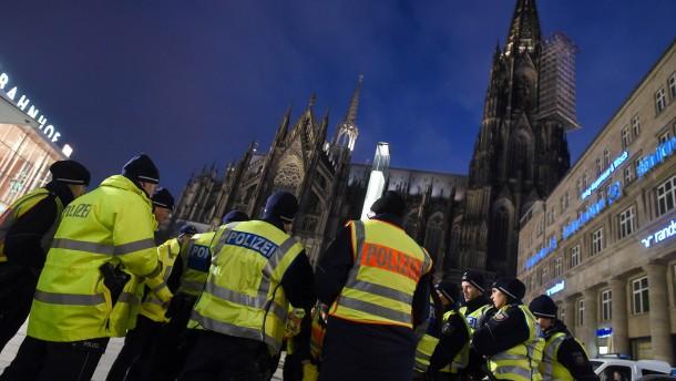 © dpa Polizisten am Silvestertag vor dem Kölner Hauptbahnhof
