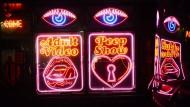 Neonreklame vor einer Bar in Soho (Symbolbild)