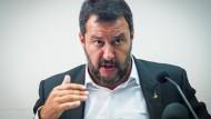 """Salvini sagt von sich, es sei seine es seine Obsession, """"jeder Art von Kriminalität entgegenzutreten, die illegale Einwanderung eingeschlossen""""."""