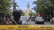 Ein Polizist in der Nähe der Kirche, vor der eine Bombe explodierte.