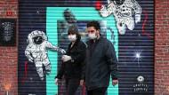 Vorsicht vor dem Virus: Menschen unterwegs in Istanbul