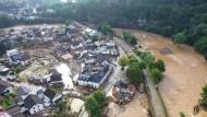 Die mit einer Drohne gefertigte Aufnahme zeigt die Verwüstungen, die das Hochwasser der Ahr in dem Eifel-Ort Schuld angerichtet hat.