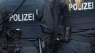 Archivfoto von Frankfurter Polizisten: Drei Beamte wurden am Samstag von Steinen getroffen.