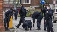 Beamte sichern nahe des Tatorts Spuren.