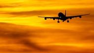 Ein Passagierflugzeug im Landeanflug auf den Flughafen München