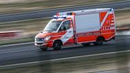 Feuerwehr und Rettungsdienst waren mit zahlreichen Helfern am Unglücksort in einem Neubaugebiet. (Symbolbild)