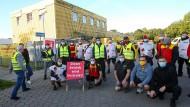 Streikende Mitarbeiter in einer Deutsche-Post-DHL-Niederlassung in Hamburg